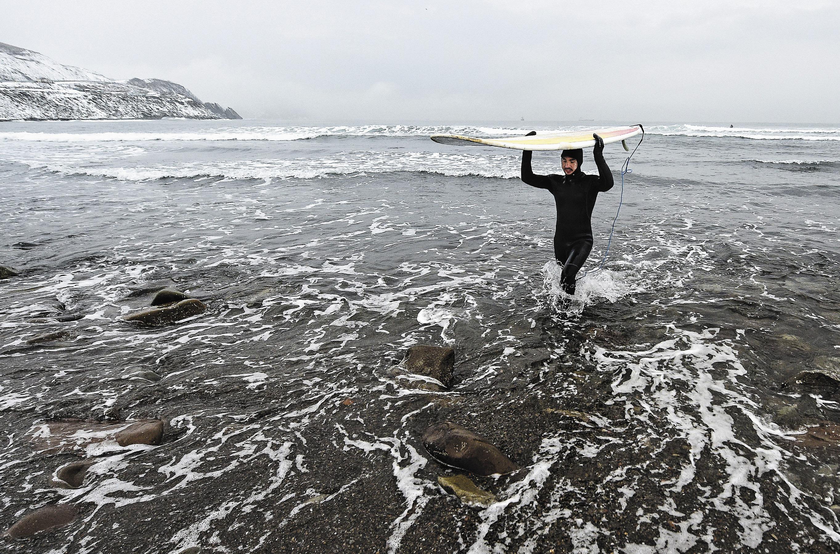 Полтора часа в воде – и греться в автомобиль. Никакого другого сервиса для зимних серфингистов не предусмотрено.