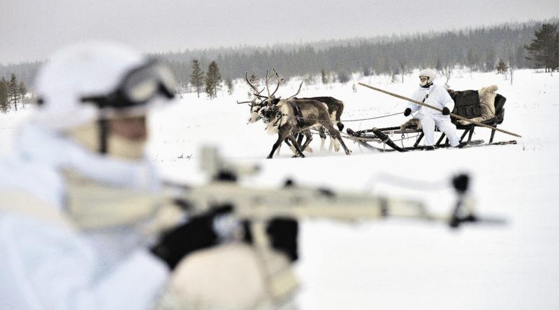 Военнослужа- щие отдельной арктической мотострелковой бригады Северного флота во время плановых занятий по управлению оленьими и собачьими упряжками в оленеводческом хозяйстве в районе поселка Ловозеро.