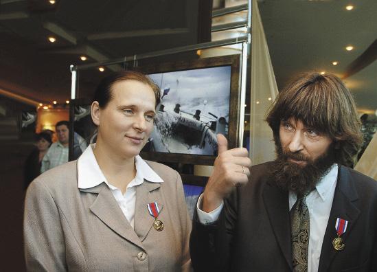 Ирина с мужем на открытии выставки картин путешественника.