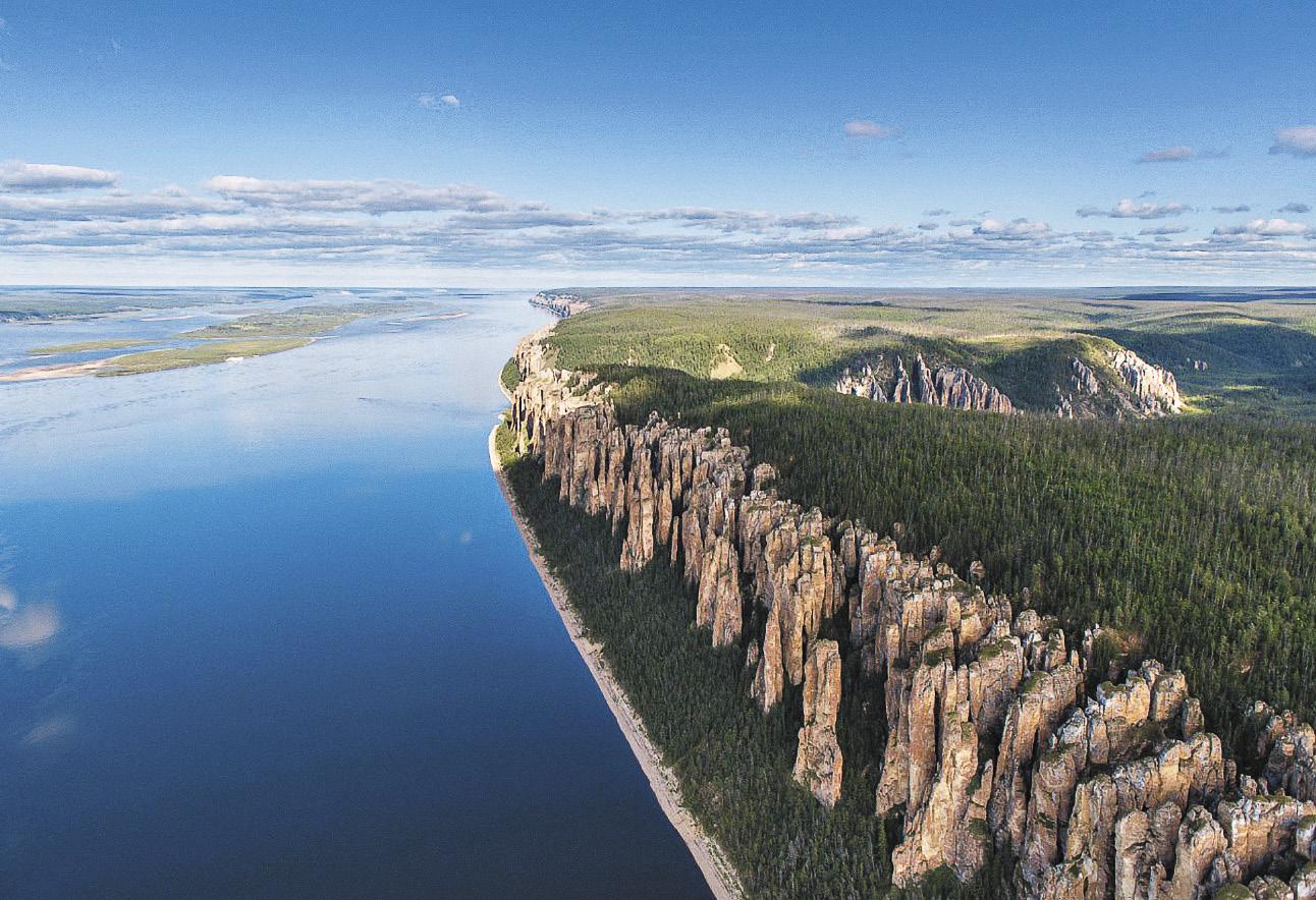 До знаменитых Ленских столбов можно за несколько часов добраться из Якутска на катере или комфортабельном теплоходе.