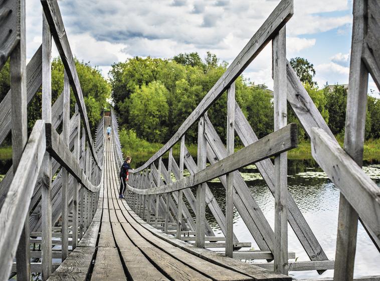 Деревянные подвесные мосты в Архангельской области строят с древнейших времен.