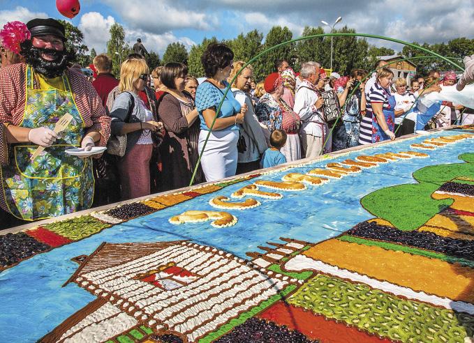 Чудо-пирог пекли три часа и еще три украшали, на него ушло 70 кг фруктов и 100 кг муки. На Севере валенки изготавливали почти в каждом селе.