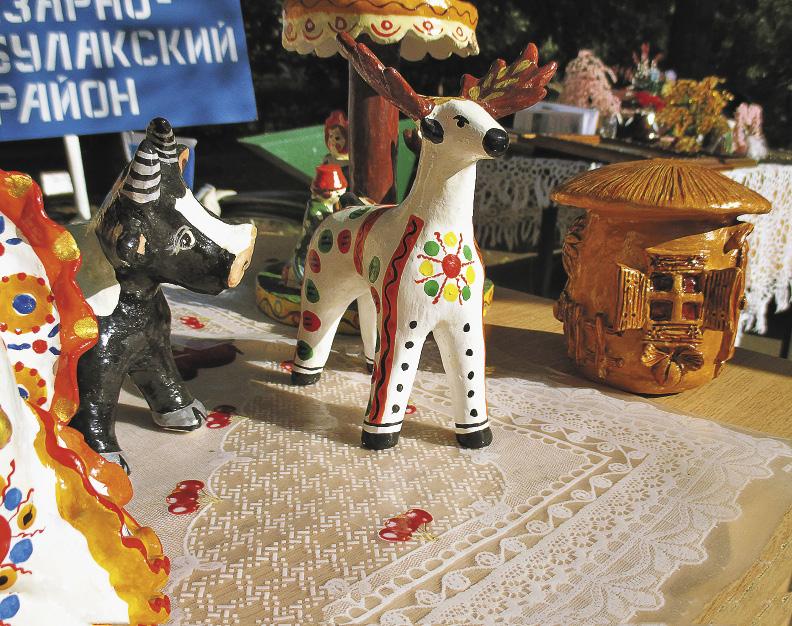 Саратовская глиняная игрушка переливается разноцветьем красок.