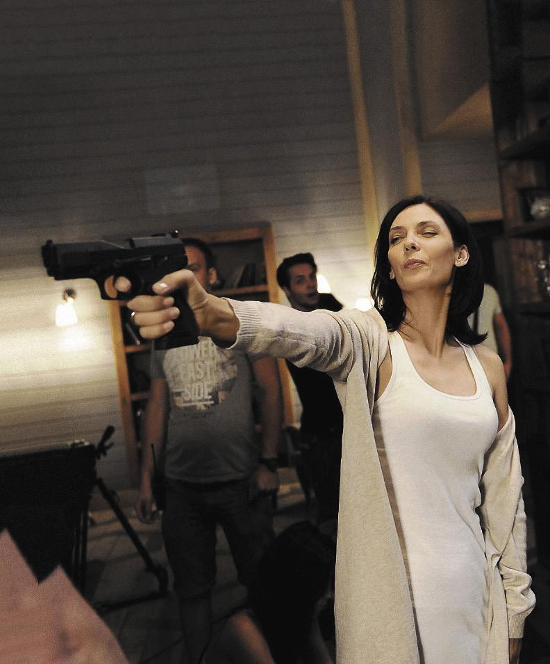 Во время съемок актрисе в очередной раз пригодилось юношеское увлечение стендовой стрельбой. Кадр из 30-серийного фильма «Луна».