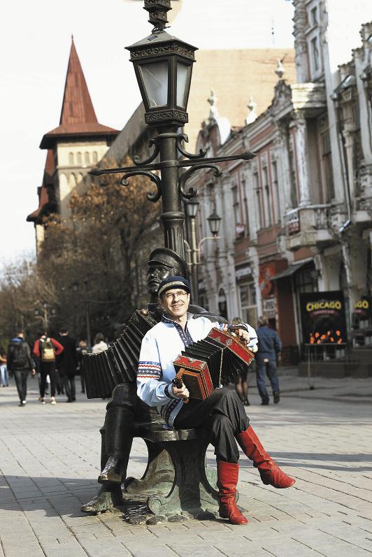 Музыкант Сергей Шалимов хранит искусство саратовской гармошки.